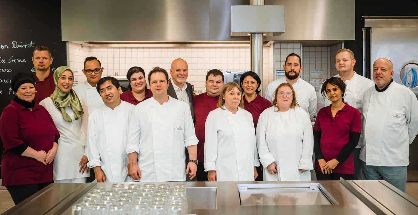 Foto vom gesamten Cook-Team in der Küche
