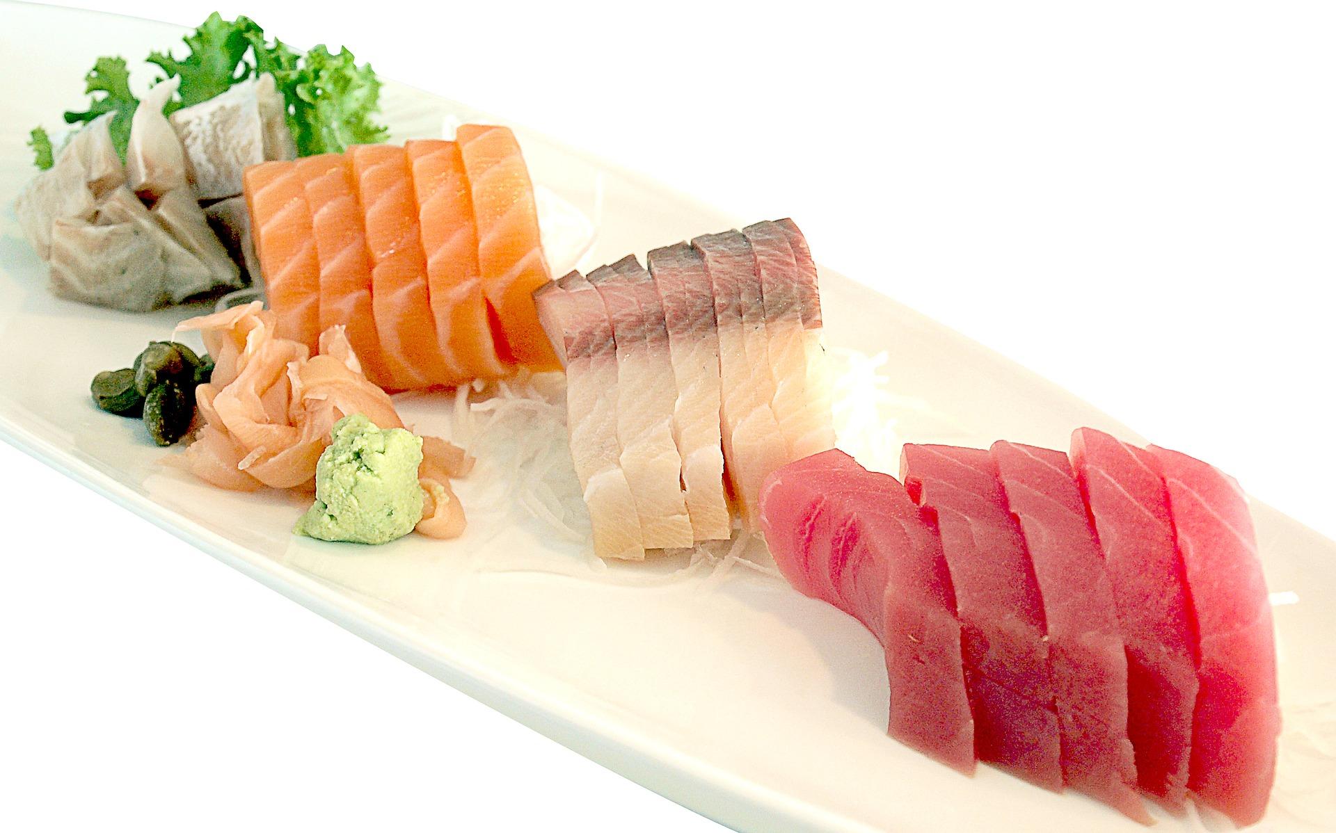 Foto von Thunfisch und Lachs auf einem Teller angerichtet